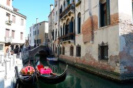 Suasana Venesia dengan gondola yang terparkir (Dokumentasi pribadi)