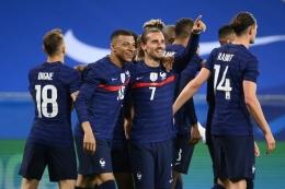Penyerang Perancis, Antoine Griezmann (tengah), merayakan golnya dengan Kylian Mbappe, setelah mencetak gol kedua dalam pertandingan persahabatan Perancis vs Wales di Stadion Allianz Riviera, Nice, pada Rabu (2/6/2021)   (Foto: FRANCK FIFE/AFP via kompas.com)