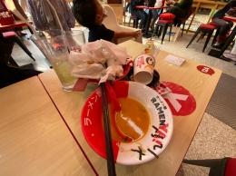 Ilustrasi Mengumpulkan Sisa Makanan dan Alat Makan di Tengah Meja. Sumber: dokumentasi pribadi