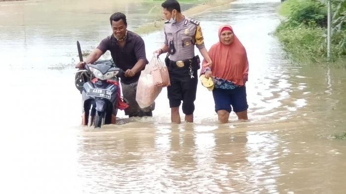 Foto: Polres Indramayu bantu banjir/ Tribun Jabar