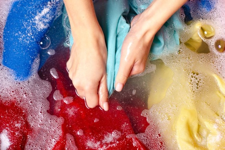 Ilustrasi mencuci pakaian. (sumber: SHUTTERSTOCK/KABARDINS PHOTO via kompas.com)