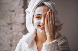 Ilustrasi perempuan yang sedang mengaplikasikan skincare (sumber: freecom)