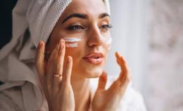 Ilustrasi perempuan yang sedang mengaplikasikan skincare (sumber: popbela.com)