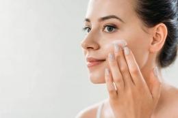 Ilustrasi perempuan yang sedang mengaplikasikan skincare (sumber: deposhitos.com)