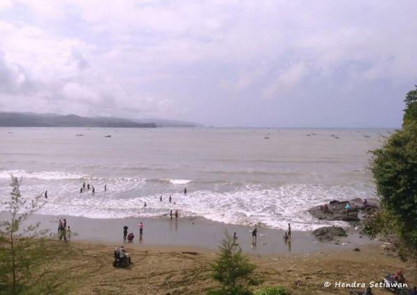 Pantai, salah satu tempat wisata yang padat pengunjung (dok. pribadi)