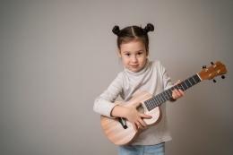 Ilustrasi berlatih bermain gitar sumber gambar freepik.com
