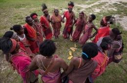 Gambar Representasi Masyarakat Adat Papua Bergandeng Tangan Melindungi Hutan Adat Sumber: http://media.greenpeace.org/