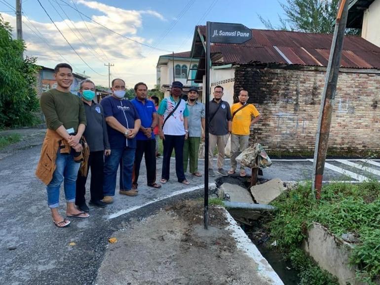 Penulis bersama Tim Balai Bahasa Sumatera Utara dan Lurah Mutiara meninjau jalan Sanusi Pane di Kisaran/dokpri