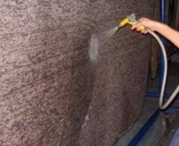 Ilustrasi menyemprot karpet dengan air mengalir. Sumber: www.carpetcleaning.rs via popmama.com