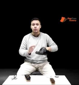 Mengaplikasikan lotion atau pelembab pada permukaan sepatu kulit   Bidik Layar Pembelajaran daring.