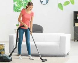Ilustrasi membersihkan karpet dengan vaccum cleaner. Sumber: Shutterstock via dekoruma.com