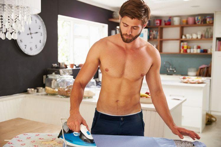 Lelaki yang tengah menyetrika pakaian (foto dari lifestyle.kompas.com)
