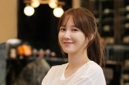 Ilustrasi Foto Lee Ji Ah by TodayKPop.com)