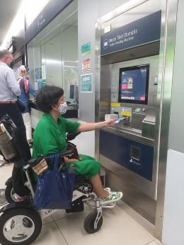 Dokumentasi pribadi - Aku mencoba membeli tiket MRT dengan 2 tujuan dengan selembar 50.000, tetapi tidak aa kembaliannya, sehingga ditukarkan secara mnual oleh petugas stassiun ....
