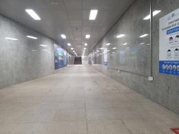 Dokumentasi pribadi - Menuju ke lift atau tangga, dindingnya berganti menjadi marmer yang relative lebih mahal, walau ini marmer lokal. Dan, sayang sekali  jika dinding marmer ini ditempeli poster2, menjadi marmer tidak terlihat. Mendingan dinding panel saja, kan?