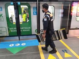 "Dokumentasi pribadi                                                 Petugas stasiun MRT yang ramah membantu aku memasang ""ramp mobile' untuk kursi roda ajaibku ....."