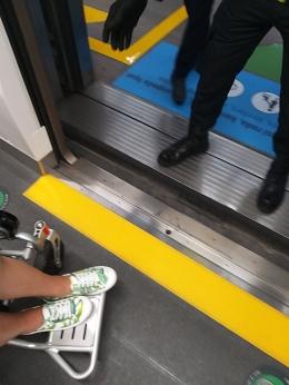 "Foto kedua, antara peron dan kereta cukup jauh dan ketinggianyapun lumayan tinggi, sehingga jika aku paksakan tanpa bantuan ""ramp mobile', kursi roda ajaibku akan tersangkut ..... Sehingga aku membutuhkan bantuan ""ramp mobile"""