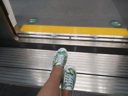 """Dokumentasi pribadi -  Space antara peron dan kereta, tidak terlalu lebar, yang bisa membuat aku naman di atas kursi roda ajaibku, tanpa bantuan """"tamp mobile"""""""