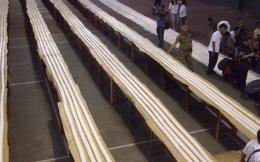 Tempe terpanjang dan tanpa putus terbungkus plastik rekor MURI 2012 (Foto: Edi Susanto, Kedaulatan Rakyat)