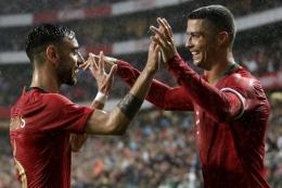 Ronaldo dan Bruno Fernandes berselebrasi setelah mencetak gol ke gawang Israel dalam laga uji coba (Foto AFP/Jose Manuel Ribeiro via Kompas)