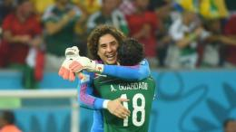 Andres Guardado & Guillermo Ochoa, pemain senior timnas Meksiko. (via el10.com)