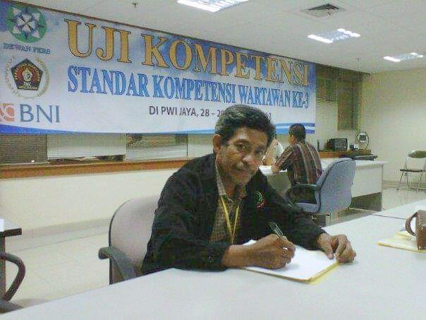 Ketika mengikuti uji kompetensi wartawan (foto dok Nur Terbit)