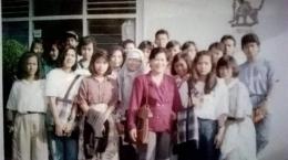 Berfoto bersama kawan-kawan SMA (saya pakai jilbab)