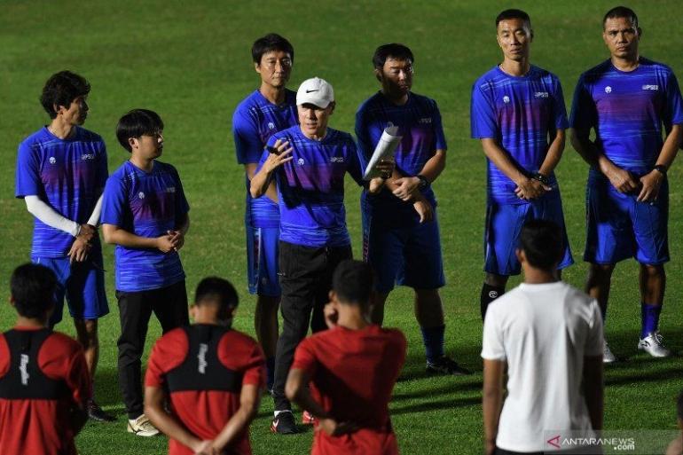 Manajer timnas Indonesia Shin Tae-Yong terlihat memberikan arahan kepada anak asuhnya. Antanews.com