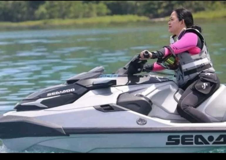 Ketua DPR Puan Maharani mengendarai jet ski di pantai Likupang, Sulawesi Utara, Minggu (6/6) | (Foto: Humas Provinsi Sulut)