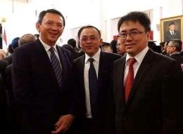 Wenny Lumentut (tengah) kini Wakil Walikota Tomohon, Sulawesi Utara, berdiri di antara Ahok Basuki Tjahja Purnama dan Walikota Manado Andre Angauw, di Istana Negara, 2015. (Foto: Koleksi Pribadi)