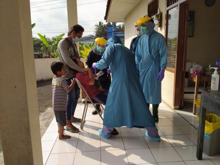 Anak-anak pun mau dites di puskesmas | foto: KRAISWAN
