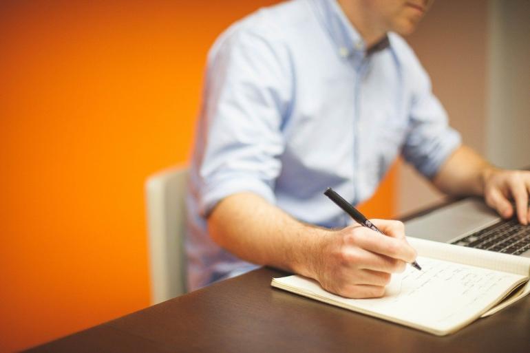 Penulis profesional sedang bekerja dengan peralatan yang dimilikinya (Pixabay.com)