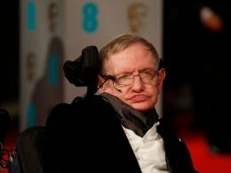 Meskipun mengalami kondisi ALS yang fatal, Stephen Hawking tidak membiarkan kondisi badannya menghalangi kerja kerasnya (RFI)
