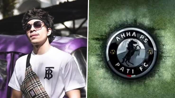 Atta Halilintar dan logo AHHA PS Pati FC (Goal.com)