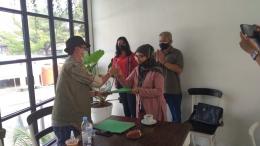 Ketua Umum Andy Tirta Serah-Terima SK Ketua DPC Jakarta Timur, Sri Wulan Ningrat. / dokpri