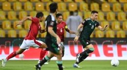Evan Dimas harus bekerja keras menahan serangan para pemain UEA (Foto The-AFC.com)