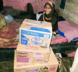 (Mahasiswa PGSD Uhamka saat menyerahkan bantuan kepada Ibu Eha Palangkas di Kamp. Jembatan RT. 002/ Rw. 006, Cipinang Besar Selatan. Jatinegara. 2021)/Dokpri