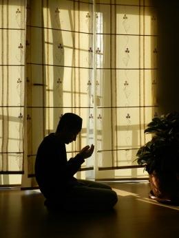 Berdoa meminta pertolongan kepada Allah. Gambar oleh Sleyman Karaka dari Pixabay