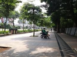 Ada beberapa lahan tanah yang masih kosong, sehingga banyak pepohonan rimbun, tetapi tetapi bukan di jalur pedestrian. Daerah ini lebih nyaman dan tidak terlalu panas karena O2 menyebar kemana2 ....Dokumentasi pribadi