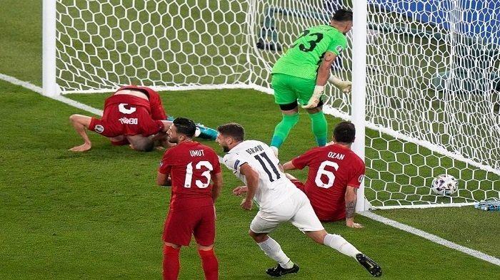 Pemain belakang Turki Merih Demiral melakukan gol bunuh diri di menit ke-53 sehingga menjadikanikan Italia unggul sementara 1-0 atas Turki (sumber : tribunnews.com)