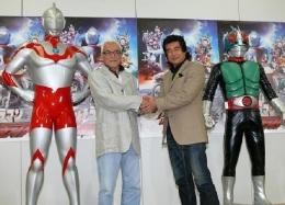 Susumu Kurobe (Takashi Yoshimoto, pemeran Ultraman) berjabat tangan dengan Hiroshi Fujioka (Kunihiro Fujioka, pemeran Kamen Raider). Sumber: Toei Corporation.