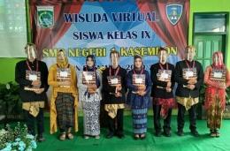 pelajar berprestasi SMPN 1 Kasembon, saat wisuda virtual di SMPN setempat (dokpri)