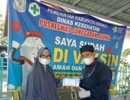 Berfoto selfi bersama Pak Dokter, usai saya divaksin. (Foto Istimewa)