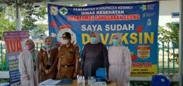 Pimpinan Puskesmas Nila Sartika (nomor 2 dari kiri), dan para pelaksana vaksinasi Puskasmas Sanggaran Agung Kecamatan Danau Kerinci, Kabupaten Kerinci, Jambi. (Foto Istimewa)