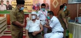 Kakek suami sedang menjalani vaksinasi, di Kota Sungai Penuh. (Foto Istimewa).