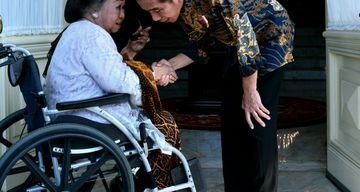 Toeti Heraty Noerhadi saat dikunjungi Presiden Jokowi (pikiran-rakyat.com)
