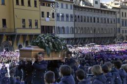 Pemakaman Davide Astori diantar tifosi Fiorentina. (dok:AP/Alessandra Tarantino)