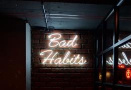 Kebiasaan buruk (Foto oleh Manan Chhabra dari Unsplash)