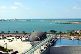 Ilustrasi Bibliotheca Alexandria, dilihat dari belakang bangunan menghadap ke Laut Mediterania. Sumber: wikipedia.org
