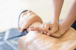 Melakukan CPR atau resusitasi jantung paru adalah langkah krusial dalam menyelamatkan nyawa seseorang (SHUTTERSTOCK via kompas.com)